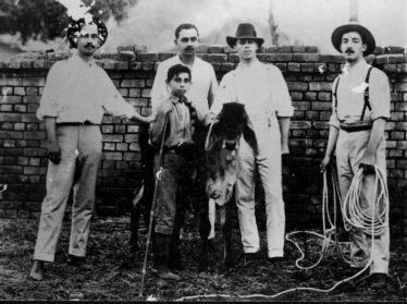 Da direita para esquerda: Sr.Wirmondes Martins Borges com o laço na mão, seu primo Otaviano, o Indú Norimá Katarvalla com seu filho, e Josias Ferreira. Foto gentilmente cedida pelo Museu do Zebú, Uberaba, MG.
